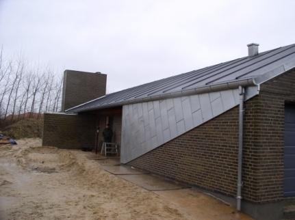 Nybygget hus med blik inddækning